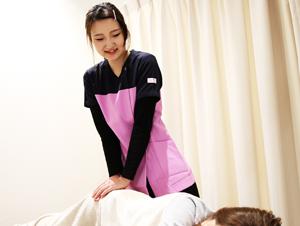 ノビアス今治整体院 女性施術者 骨盤矯正の様子